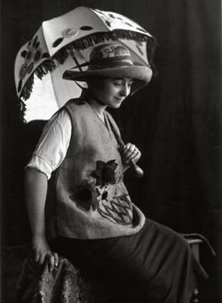 Sonia Delaunay con túnica y sombrero de rafia bordada y sombrilla de Casa Sonia, Madrid, hacia 1920