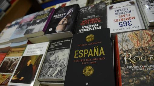 Uno de los expositores de la librería ubicada en la madrileña plaza del Conde del Valle de Suchil nº 8