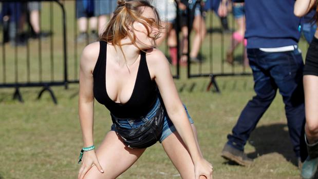 Una joven se contonea en el recinto del festival de la Isla de Wight