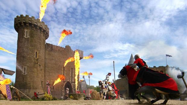 Las acrobacias y la pirotecnia forman parte de muchos de los espectáculos del Puy du Fou