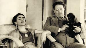 Los pintores mexicanos Frida Khalo y Diego Rivera retratados en el esudio de él en el año 1934