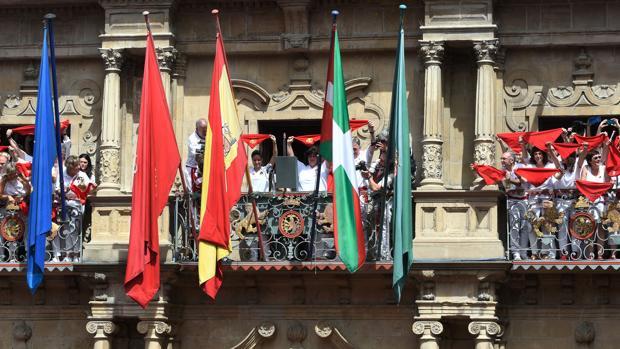 El balcón del Ayuntamiento de Pamplona poco antes del Chupinazo
