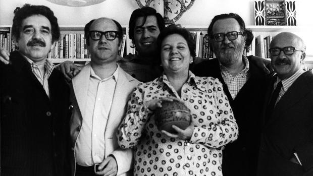 De izquierda a derecha, García Márquez, Jorge Edwards, Vargas Llosa, José Donoso y Ricardo Muñoz Suay, junto a Carmen Balcells (1974)