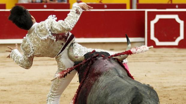 Gonzalo Caballero resultó prendido al entrar a matar al tercer toro
