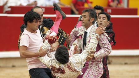 Miguel Abellán, de paisano, y las cuadrillas llevan a la enfermería a Caballero