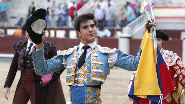 Jesús Enrique Colombo pasea la oreja bandera y montera en mano