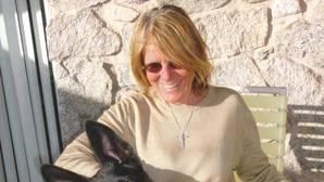 La escritora Joy Williams, fotografiada junto con uno de sus perros