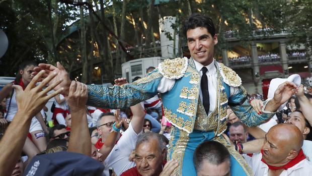 Cayetano sale a hombros del coso de Pamplona
