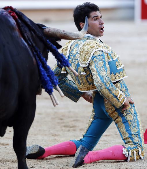 Desplante de Cayetano con las dos rodillas en tierra en su debut en Pamplona
