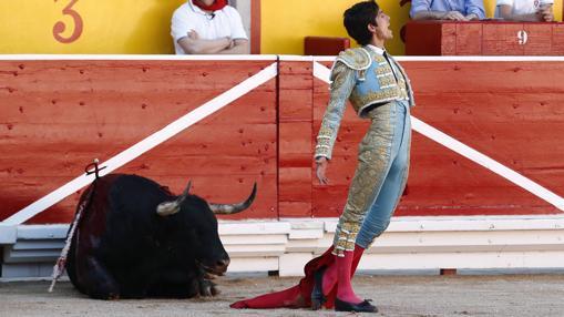 Castella, tras dar muerte a su primer toro