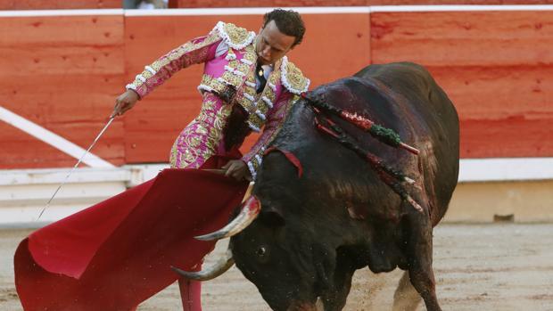 Antonio Ferrera, en un torero trincherazo