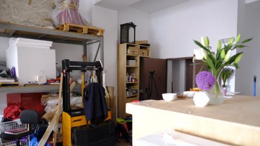 Jenny, la traspaleta queda aparcada cerca de una gran estantería fija con materiales