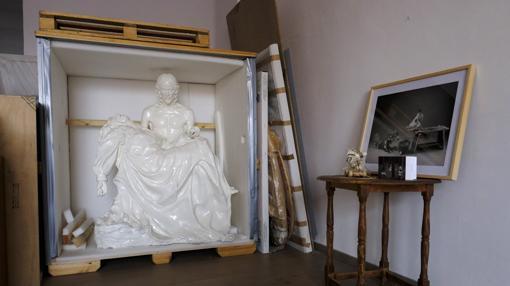 Una gran pieza de Marina descansa cerca de algunas fotos y objetos de Zdenek