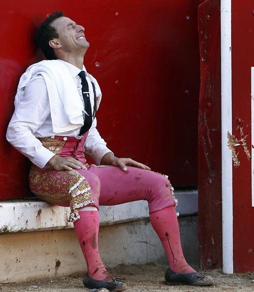 Rafaelillo, sentado en el estribo, rompe a llorar tras lograr la puerta grande