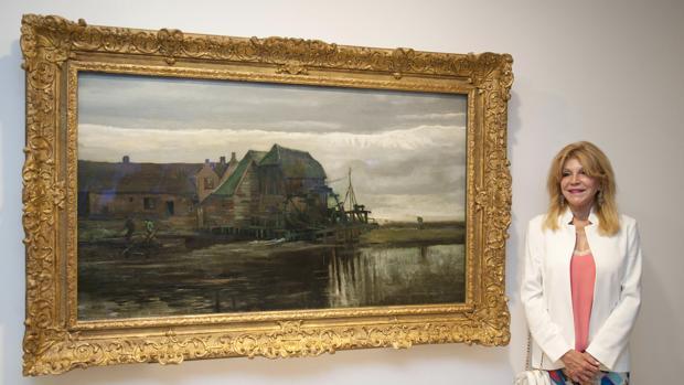 Carmen Thyssen posa junto a la obra «Molino de agua en Gennep» de Vincent Van Gogh, de la muestra 'Un mundo ideal, de Van Gogh a Gaugin y Vasarely. Colección Carmen Thyssen'