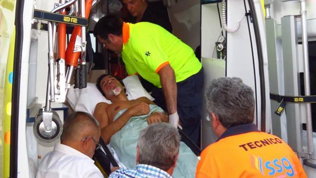 Curro Díaz, saliendo de la enfermería camino del hospital