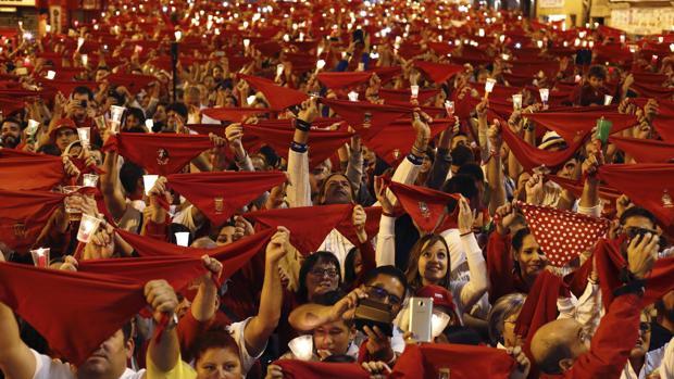 Miles de personas han entonado en Pamplona el tradicional «Pobre de mí» para despedir así los Sanfermines 2017