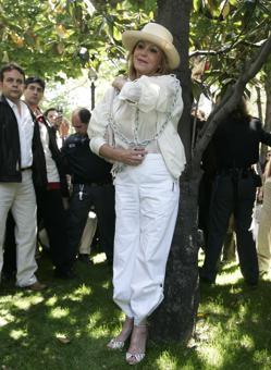 Carmen Thyssen se encadenó a un árbol del museo al grito de «¡No a la tala!»