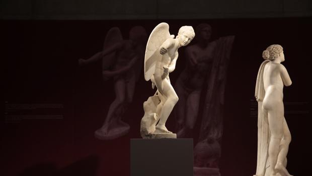 Estatua de mármol de Eros, parte de la exposición «Emociones» en el Museo de la Acrópolis de Atenas