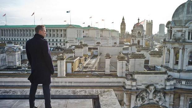 Daniel Craig, el último Bond, observando la capital británica desde una azotea