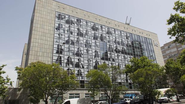 La sede del IE en Madrid, durante el proceso de montaje del mural de Inside Out