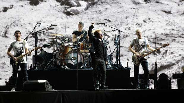 La banda irlandesa, durante su actuación de anoche en Barcelona