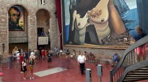 Vista de la sala del Teatro-Museo Dalí en la que se encuentra la tumba del artista