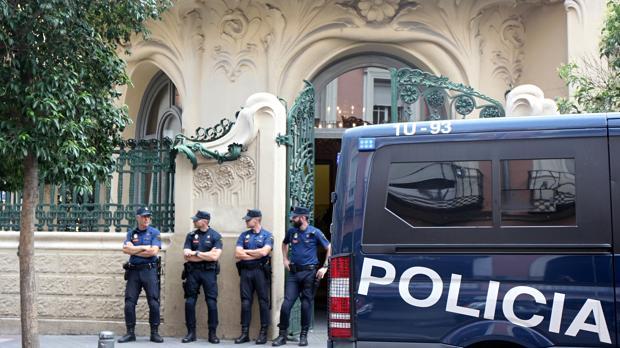 La sede madrileña de la SGAE, custiodiada por la Policía durante los registros del pasado junio