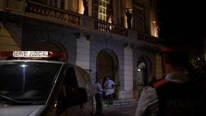 Miembros del equipo forense trasladan las muestras tomadas a Dalí