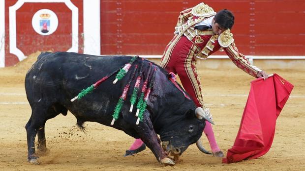 Miguel Ángel Perera alarga la humillada embestida del toro