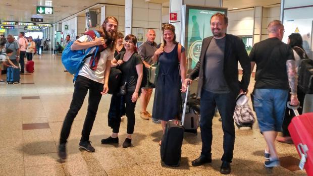 Foto de los cuatro artistas de «Return Flight Tickets» antes de comenzar su residencia en un avión