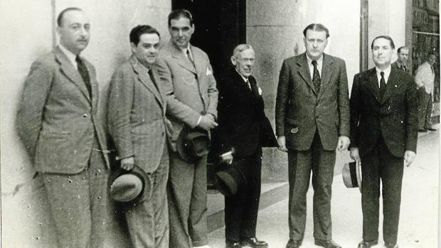 Víctor de la Serna (segundo por la izquierda) con el jurado que le otorgó el premio Cavia