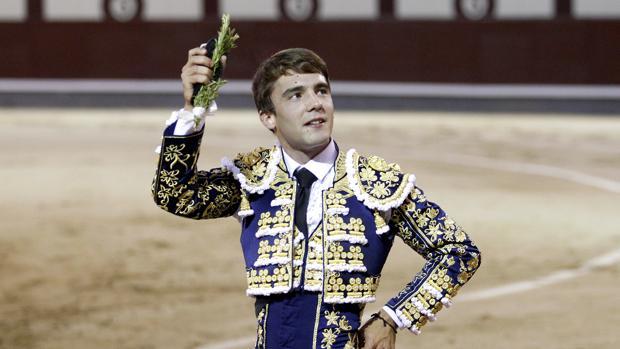 Pablo Atienza paseó la única oreja en la nocturna de este sábado en Madrid