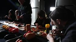 Los músicos, en pleno proceso de fabricación de los instrumentos