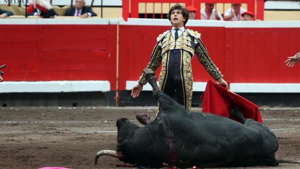 Andrés Roca Rey, tras dar muerte al último toro de la tarde