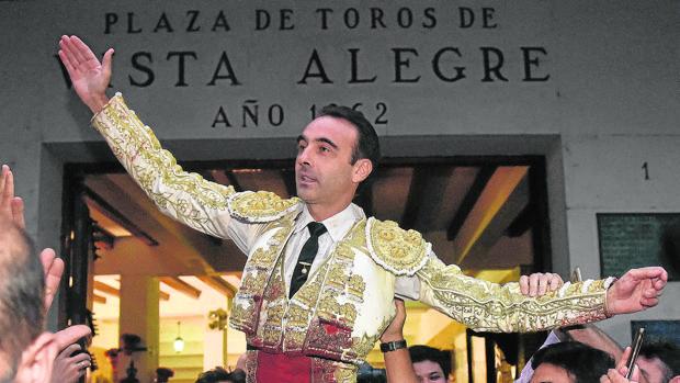 Enrique Ponce sale a hombros