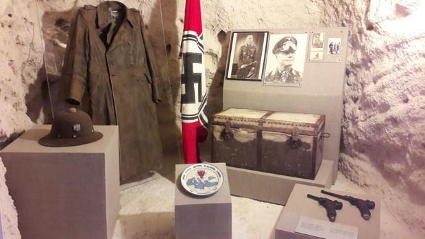 Una de las vitrinas del recién reinaugurado Museo de la Cueva Rommel, que honra «la trayectoria» del militar del Ejército nazi
