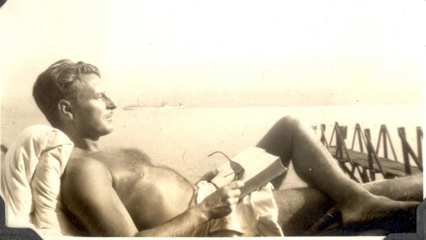 Lowry mataba su tiempo bebiendo, pero también tocando el ukelele, jugando al golf o nadando
