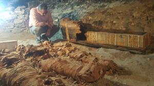 Jaled el Anany, ministro de Antigüedades egipcio, ante las tumbas recién descubiertas