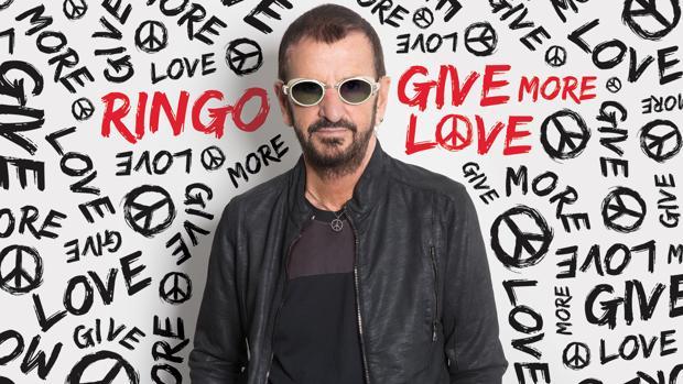 Ringo Starr, fotografiado sobre un panel publicitario de su nuevo trabajo