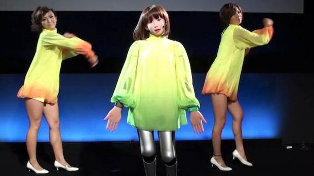 Durante una exposición de tecnología en Tokio, la robot humanoide HPP-4C se confunde con unas bailarinas de carne y hueso