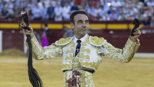 Enrique Ponce pasea las dos orejas y el rabo del cuarto toro de Luis Algarra Polera