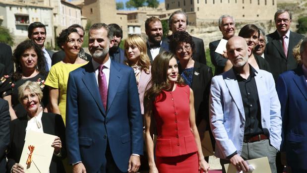Los Reyes posan con algunos de los premiados, ayer en Cuenca