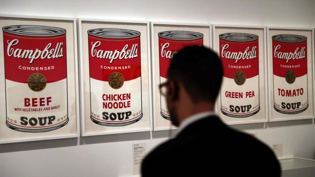 Un visitante contempla la célebre serie dedicada a las sopas Campbell's