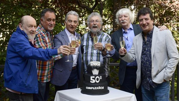 Les Luthiers brindan ante una tarta que celebra su quincuagésimo aniversario