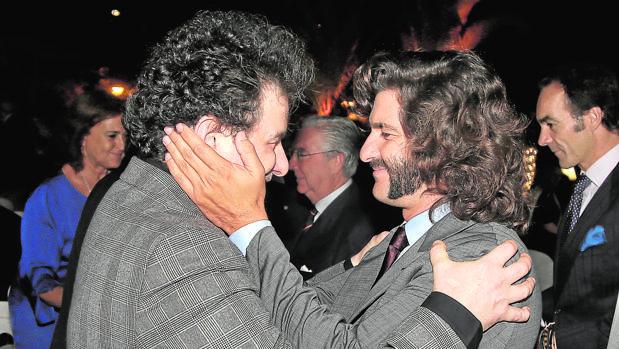 Andrés Calamaro y Morante se saludan con un abrazo