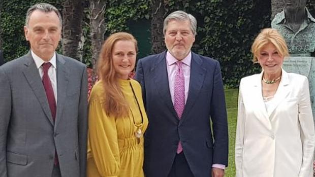 De izquierda a derecha, Miguel Satrústegui, Francesca de Habsburgo, Íñigo Méndez de Vigo y Carmen Thyssen, ayer en el Museo Thyssen