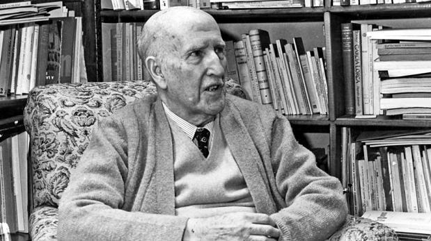 Vicente Aleixandre en la biblioteca de su casa al conocer la concesión del Premio Nobel de Literatura