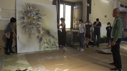 Cai Guo-Qiang contempla la obra que ha resultado tras la explosión