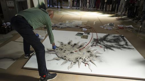 El artista chino, en pleno proceso creativo